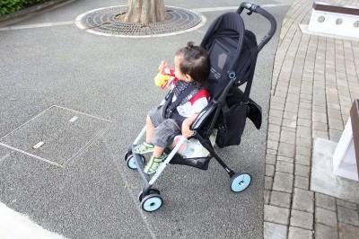 コンビF2に子供をのせた状態の写真です。