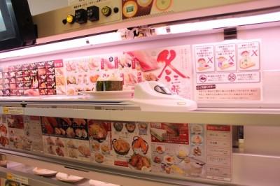 新幹線がお寿司を運んできます