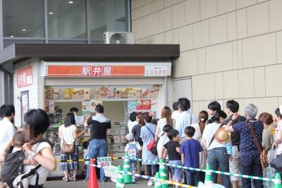 駅弁屋に並ぶ人々