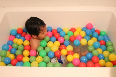 カラフルなボールをたくさん入れたボール風呂で遊ぶ3歳の息子ペン太