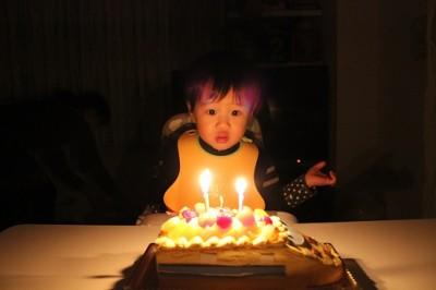 新幹線のケーキに2本のローソク