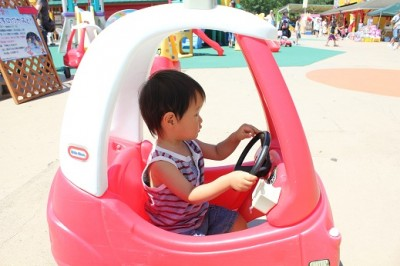 玩具王国の車に乗る