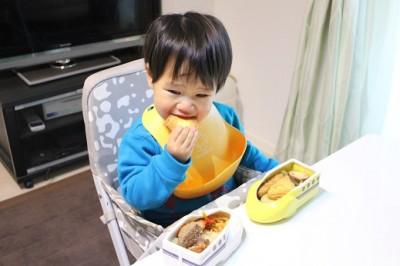 新幹線弁当を食べる2歳