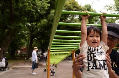 遊具広場で遊ぶ様子