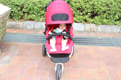 エアバギーココに1歳児を乗せた状態で正面から撮影