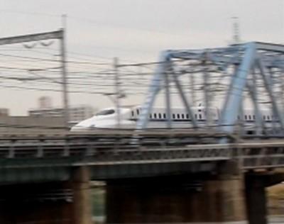 多摩川河川敷の鉄橋を走るN700系