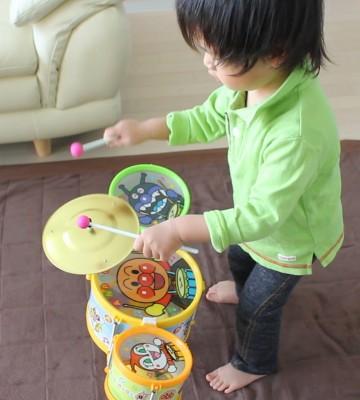 初めてのアンパンマンドラムセットで大興奮の息子2歳