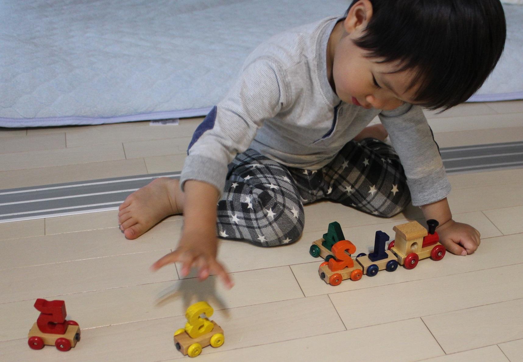 木の列車のおもちゃ(磁石式)