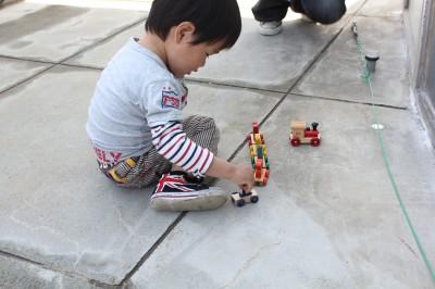 数字が乗っている木でできた汽車の玩具