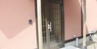 離れの宿の玄関入り口のドア