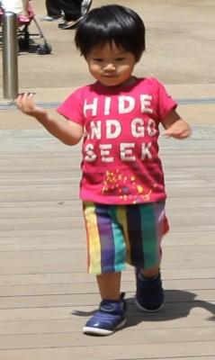 2歳用ナイキダイナモフリーで歩く