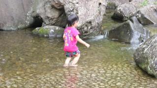 四季の森公園で水遊び
