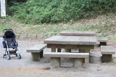 児童遊園地-遊具広場のベンチ