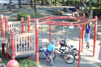 橘公園-円形のぶら下がり遊具