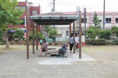 行徳駅前公園-屋根付きベンチ