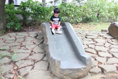 三ツ池公園-石の滑り台