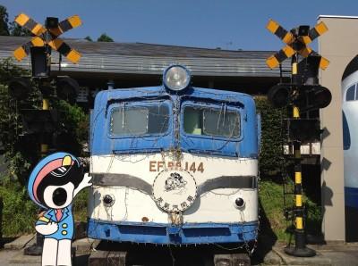 SLレストラン-古い電車と踏切