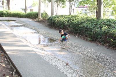 橘公園-せせらぎで遊ぶ2歳児
