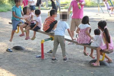 美しが丘公園-シーソーで遊ぶ子供達