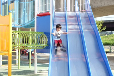 新横浜公園-滑り台を楽しむ2歳児