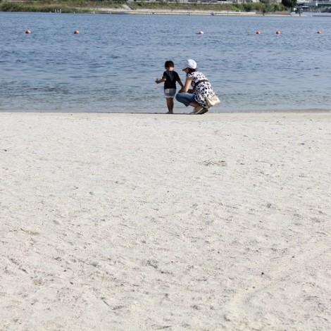 大森ふるさとの浜辺公園-浜辺の親子