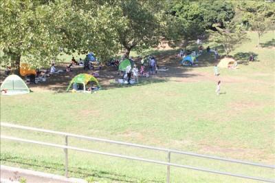 広場のテントでのんびり-岸根公園