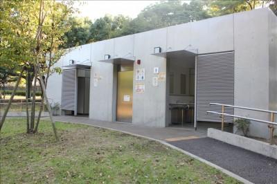オムツ替えなど多目的トイレ-岸根公園