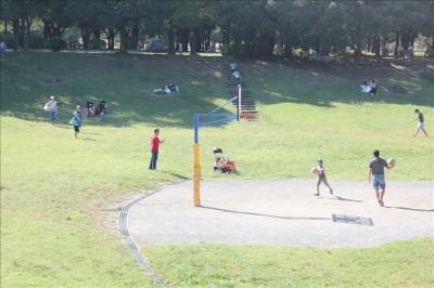バスケットゴールで遊ぶ-岸根公園