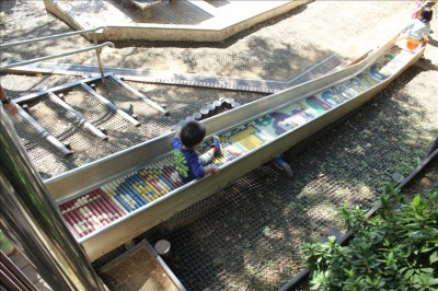 小さい子供向けショートローラー滑り台-岸根公園