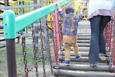遊具広場の吊り橋を渡る2歳児-荻野公園