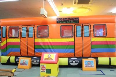 オレンジのバスの中はボールプール
