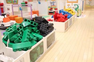 デコボコモータースの赤、青、緑、黒、白のカラフルなブロック