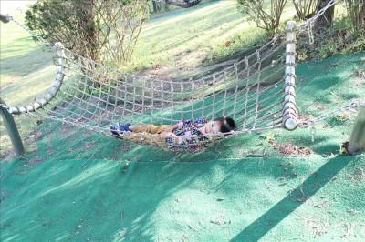 荻野公園のハンモックで横たわる2歳児