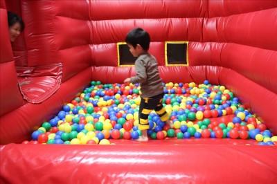ふわふわ遊具のカラフルなボールプール