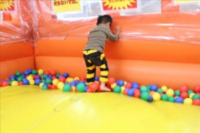 バスのボールプールで飛び跳ねる2歳