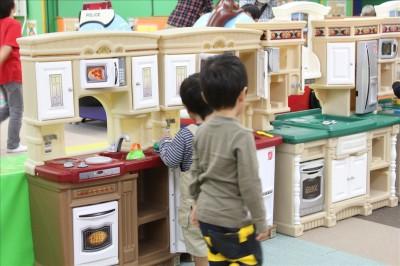 キッチンごっこをして遊ぶ幼児
