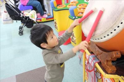 太鼓の達人で遊ぶ2歳児
