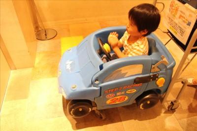 トレッサ横浜の車の買い物カート(青)