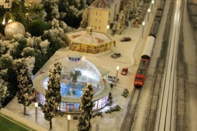 ホワイトクリスマスなジオラマの電車