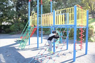 北遊具広場ロープの階段を登る2歳児