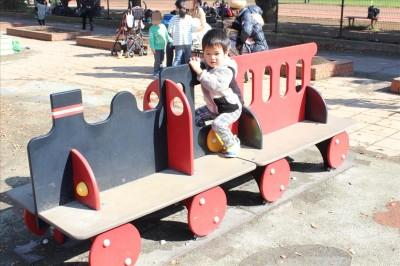 汽車の形をした遊具