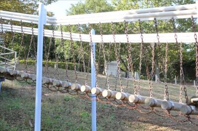 アスレチックの丸太の吊り橋