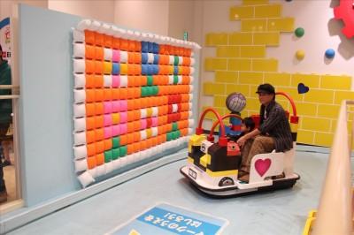 デコボコモータース組立完成後にパパと2歳児で走る車