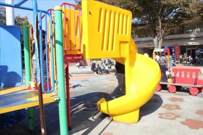 黄色の回転滑り台