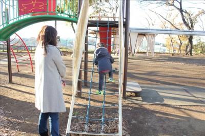 ロープのハシゴを登る2歳児