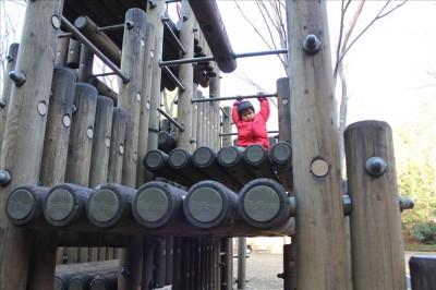 大型アスレチック遊具で遊ぶ2歳児