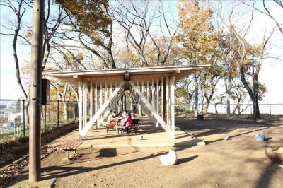 広場の休憩所