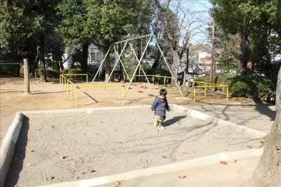 運動広場の砂場で遊ぶ2歳児