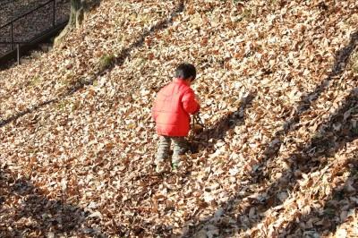 山の斜面で遊ぶ2歳児