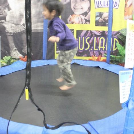 トランポリンで遊ぶ2歳児